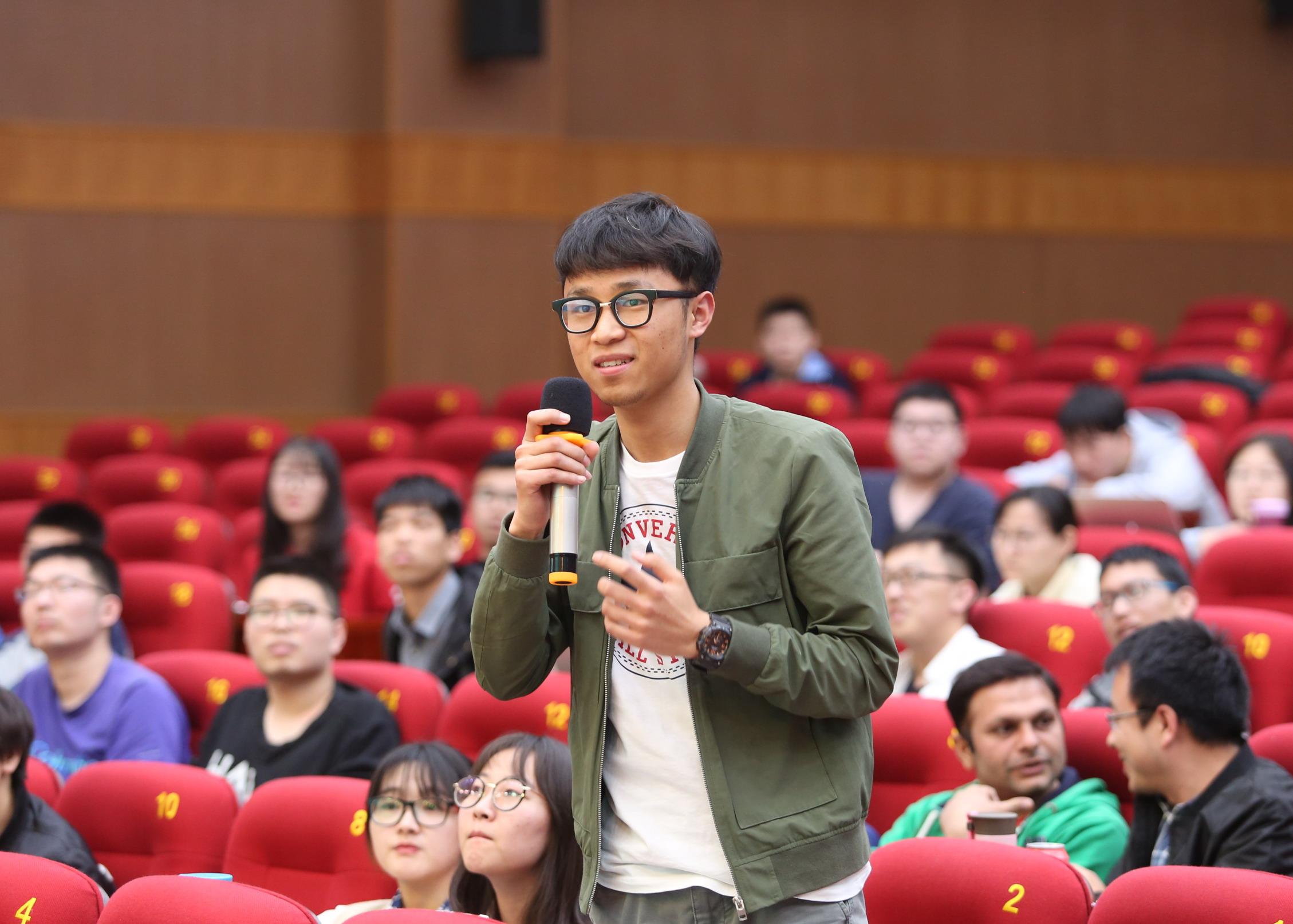 10.学生提问 杨天鹏 摄
