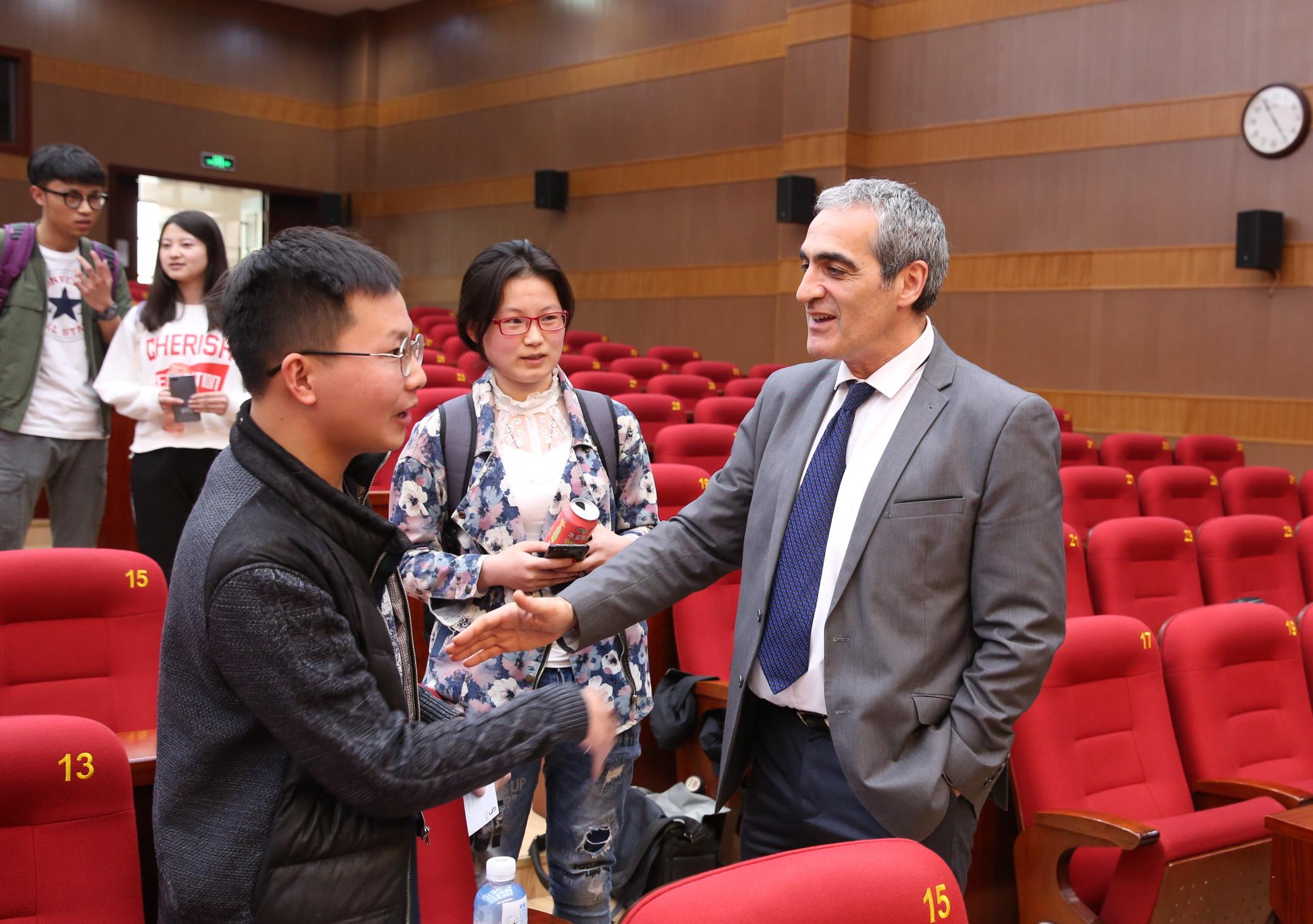 15.报告会结束之后Prof. Serge Fdida与学生继续交流 杨天鹏 摄